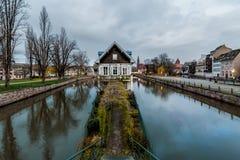 Maison traditionnelle partiellement en bois d'Alsace sur une petite île de canal image stock