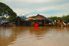 Maison traditionnelle sur des échasses Village Siem Reap, Cambodge Du nord-central de Phluk de Kampong photo stock