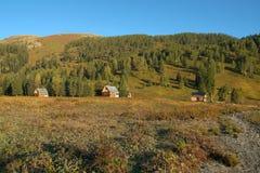 Maison trois en bois dans les montagnes avec une beaux forêt et lac Photographie stock libre de droits