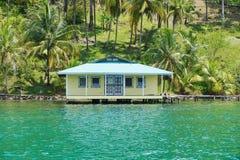 Maison tropicale au-dessus de l'eau vue de la mer Photo stock
