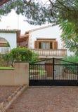 Maison tropicale avec la barrière Image stock