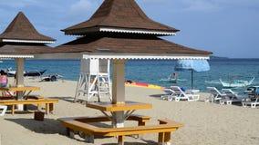 Maison tropicale de cottage de plage dessus sur la plage blanche de sable Photographie stock libre de droits
