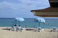 Maison tropicale de cottage de plage dessus sur la plage blanche de sable Images libres de droits