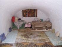 Maison Tunisie de troglodyte de pièce de fille Image libre de droits