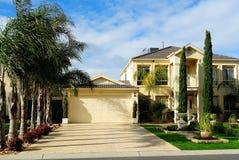 Maison two-story moderne de famille avec le garage Images stock