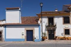 Maison typique avec la cheminée dans le village de Flor da Rosa, Cra image stock
