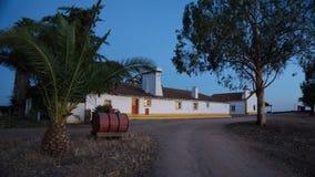 Maison typique de ferme de l'Alentejo, au coucher du soleil images stock