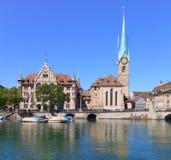 Maison urbaine et Madame Minster de Zurich Photos stock