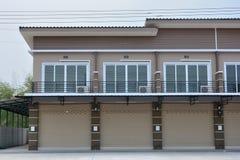Maison urbaine pour le fond de ciel bleu de bureau ou de résidence images stock