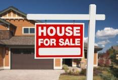 Maison à vendre le signe et la maison neuve Photographie stock
