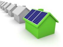 Maison verte avec les panneaux solaires Photos libres de droits