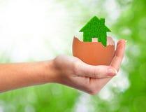 Maison verte dans la coquille d'oeuf Images libres de droits