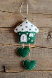 Maison verte et blanche de feutre avec le décor de coeurs d'isolement sur le vieux fond en bois Décor à la maison de mur de trava Image libre de droits
