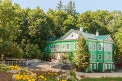 Maison verte idyllique dans le jardin dans le jour d'été ensoleillé Photo libre de droits