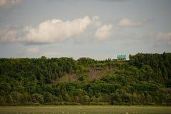 Maison verte minuscule sur la colline Images libres de droits