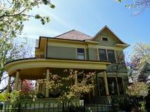 Maison victorienne avec le porche enveloppant photo libre de droits