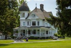 Maison en bois classique avec le porche image libre de for Maison blanche classique