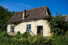 Maison vide abandonnée qui s'est effondrée Photos stock