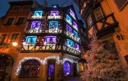 Maisons à colombage alsaciennes traditionnelles dans la vieille ville de Colmar, décorée pendant le temps de Noël, Alsace, France photo stock