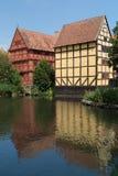Maisons à colombage reflétées dans le lac Photo libre de droits