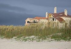 Maisons à extrémité élevé de bord de mer Image stock
