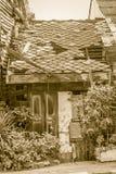 Maisons abandonnées avec le toit et le mur de dommages Maison en bois sale Image libre de droits