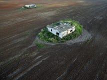 Maisons abandonnées se tenant au milieu d'un champ Image stock