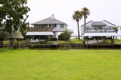 Maisons américaines dans des bateaux de fleuve du sud du Texas Image libre de droits