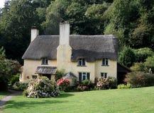 Maisons anglaises couvertes de chaume photos stock