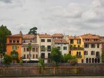 Maisons antiques colorées le long de la rivière de l'Adige à Vérone, Italie Photographie stock libre de droits