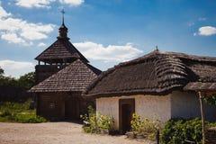 Maisons antiques et vie des Ukrainiens sur l'île de Khortytsia Photos stock