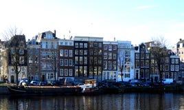 Maisons authentiques sur un canal à Amsterdam Photo stock