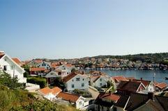 Maisons blanches au fjord. Images libres de droits