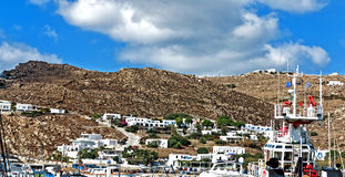 Maisons blanches au flanc de montagne dans le nouveau port dans Santorini, Grèce Photo stock