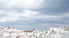 Maisons blanches avec des nuages dans le ciel Images libres de droits