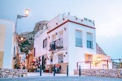 Maisons blanches avec des pots de fleurs en Espagne dans Alicante image stock