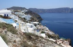 Maisons blanches avec les toits bleus dans Santorini photographie stock