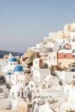 Maisons blanches célèbres de village d'Oia, Santorini image stock