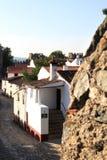 Maisons blanches dans les murs antiques de la forteresse Images stock