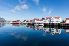 Maisons blanches dans un village de pêche, Henningsvaer, archipe de Lofoten images libres de droits