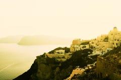 Maisons blanches de l'île grecque au-dessus de la mer Image stock