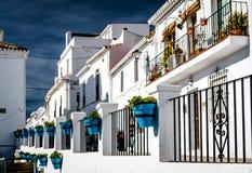 Maisons blanches espagnoles typiques de village avec des pots de fleur Photos libres de droits