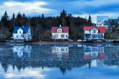 Maisons bleues de lac Photos stock