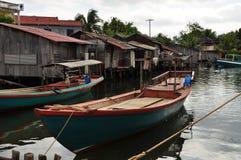 Maisons cambodgiennes de village et d'échasse de pêche photographie stock libre de droits