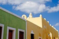 Maisons coloniales colorées Image stock