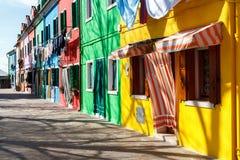 Maisons colorées à côté du canal en île de Burano photo libre de droits