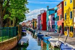Maisons colorées à côté de canal dans Burano Photographie stock libre de droits