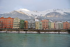 Maisons colorées à la rive d'auberge Images stock