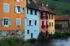 Maisons colorées alsacièves par le fleuve Photographie stock libre de droits