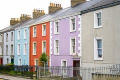 Maisons colorées avec a pour laisser le signe photos stock
